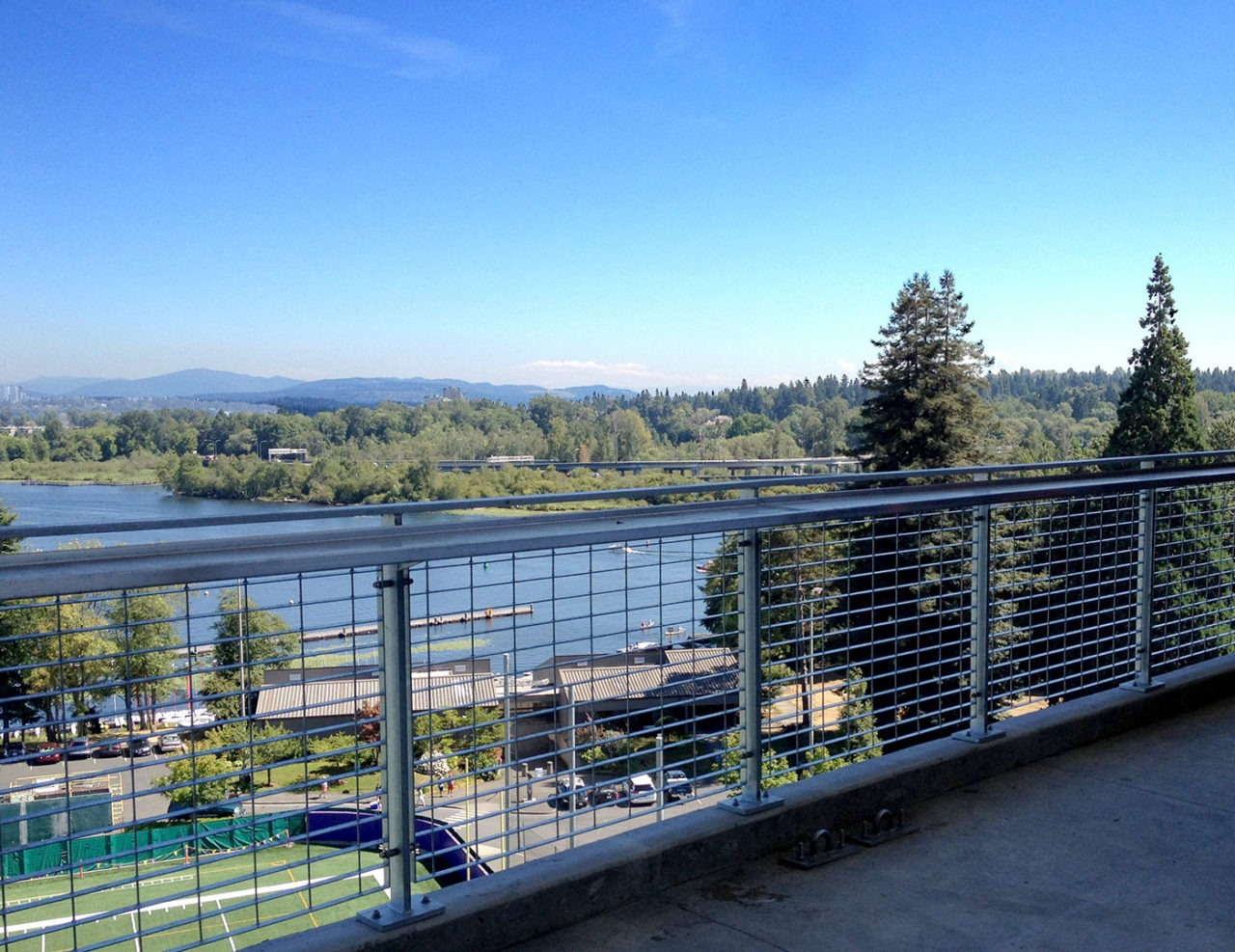 Steel mesh railing with optional drinkrail